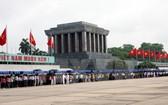 今年春節期間,4.7 萬人次晉謁胡志明主席陵。(圖源:慶雲)