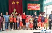 同奈省錦美縣保平鄉若干華人青年向貧窮家庭及清貧的學生贈送禮物。