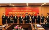 財政部與越南郵政總公司代表簽署合作文本。(圖源:T.T)