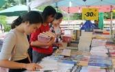 青年在二〇一九年春節的書香節選購書籍。