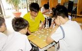 邦教堂孤兒院孩子們在午飯前的娛樂活動。