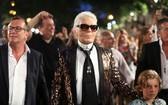 時尚界頂級奢侈品牌法國香奈兒(Chanel)掌門人、傳奇人物卡爾‧拉格斐於當地時間19日逝世,享年85歲。(圖源:路透社)