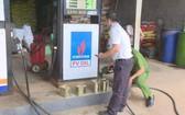 職能力量在平安私營企業加油站進行取樣送去檢測。(圖源:N.Anh)