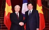 總書記、國家主席阮富仲(左)會見老撾總理通倫‧西蘇里。(圖源:越通社)