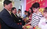 理事長黃仲光與常務副理事長黃尊海向 優秀生頒獎。