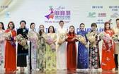 各長衫代言人獲 市旅遊廳和市婦聯會領導贈花。