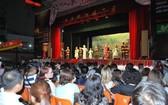 眾多觀眾正在欣賞《趙子龍奪幼主》 折子戲一幕。