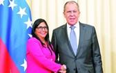 俄羅斯外長拉夫羅夫(右)會見到訪的委內瑞拉副總統羅德里格斯。(圖源:路透社)