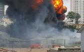 火警現場火勢猛烈,濃煙滾滾直衝天際。(圖源:視頻截圖)