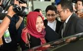 印尼籍被告西蒂‧艾莎(中)獲釋後,神情疲憊但喜悅。(圖源:AP)