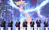 在儀式上,政府總理阮春福、中央組織部長范明政、副總理武德膽與中央各機關領導和國際貴賓代表已啟動國家文本聯通網站。(圖源:越通社)