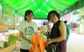 民眾欣然使用環保袋。(圖源:黎絨)