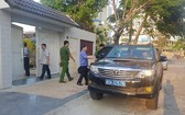公安部調查隊的汽車停在峴港市財政廳原廳長阮清創的私寓前下車走進大門進行搜查。(圖源:VTC News)