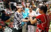 蓮池街市管委會與街市婦女會配合向消費者免費派發環保袋。