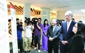 昨(23)日上午在河內,新加坡副總理張志賢偕夫人、以及我國科學與技術部長朱玉英,外交部與中央各部委、國際組織等代表見證了越-新合作中心的落成儀式。(圖源:越通社)
