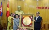 河南省省委書記阮廷康(右)向柬埔寨王國國會代表團贈送紀念品。(圖源:越通社)