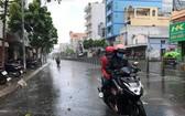 本市昨中午局部降雨。圖為在新富郡壘半碧街上遇到的一場陣雨。(圖源:光凱)