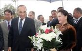 摩洛哥王國眾議院議長哈比博‧馬勒克(前左)親往 Rabat Salle機場迎接國會主席阮氏金銀。(圖源:越通社)