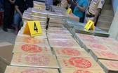 檢查違規的卡車,職能力量發現多個裝著895塊毒品的紙箱。(圖源:武山)