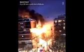 當地時間4月6日晚10時左右,法國巴黎19區的一幢8層居民樓突發大火,並引發爆炸。(圖源:視頻截圖)