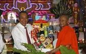 政府常務副總理張和平(左)向永隆省愛國僧人團結協會代表贈送禮物。(圖源:越通社)