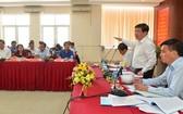 市人委會主席阮成鋒(右二)在會議上發表講話。(圖源:越勇)