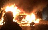 車禍現場,編號37C-089.78卡車突然著火燃燒起來。(圖源:Infonet)