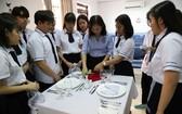 本市國際高等學校的10A1學生在餐廳-酒店實習課上。