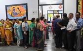 當地時間11日,印度加濟阿巴德,印度大選期間,人們排隊在投票站投票。(圖源:AFP)