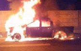 一輛皮卡車在本市-隆城-油曳高速公路上失火燃燒現場。(圖源:視頻截圖)