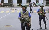 斯里蘭卡士兵在聖安東尼教堂外警戒。(圖源:AP)