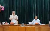 陳國旺同志(左)在會議上發表結論。(圖源:越通社)