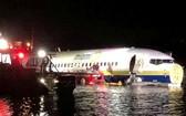 美國包機公司邁阿密國際航空一架載有143人的波音737商業客機試圖著陸失敗,衝出跑道、滑入附近一條河流。(圖源:互聯網)