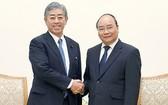 政府總理阮春福(右)接見日本防衛大臣岩屋毅。(圖源:VGP)