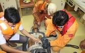 救援力量及時進行各項急救措施,從速把Kuang Myat Zaw送回芽莊港治療。(圖源:阮鐘)