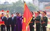 國會常務副主席從氏放給奠邊省傳統旗幟別上 一等獨立勳章。(圖源:VOV)