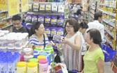 消費者在貢瓊Co.opmart連鎖超市選購國貨。