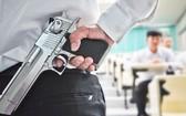 美國佛羅里達州共和黨籍州長德桑提斯8日簽署新法案,允許教師在接受訓練後,在學校配槍,法案將於10月1日開始生效。(示意圖源:互聯網)