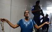 當地時間2019年5月7日,斯里蘭卡科倫坡,在復活節爆炸案中遇襲的聖安東尼教堂部分開放,人們可在警察嚴密守衛下進教堂禱告。(圖源:AFP)