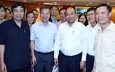 政府總理阮春福與各科學家交流。(圖源:越通社)