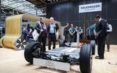 參觀者在漢諾威工博會上觀看大眾公司展區展出的汽車底盤。(圖源:新華社)