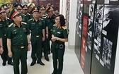 國防部長吳春歷大將(前左)探訪胡志明小道博物館。(圖源:人民電子報)