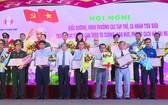 同塔省委昨(17)日舉行向2019年在學習和傚法胡志明的思想、道德、作風中的傑出集體和個人進行表彰、獎勵儀式。(圖源:同塔電視台)