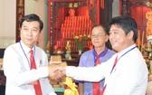 陳浩永理事長(左)接領上屆理 事長陳金泉移交的宗祠印章。