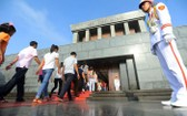 昨(19)日,胡志明主席陵管委會已迎接1萬零788人次參觀胡伯伯陵,其中有1149外國遊客人次。(圖源:互聯網)