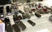 被海關扣留估值約30 億元的走私手機。(圖源:阮輝)