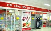 24小時營業的便利店為消費者提供便捷的購物服務。