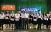 穗城會館理事長盧耀南(左七)向麥劍雄學校優秀學生頒獎。