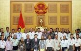 政府副總理武德膽同前江省對革命有功者代表團合影。