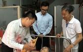 龍圖同志(右一)生前接待前來探望臥病在床的老伴劉桂同志的親友。